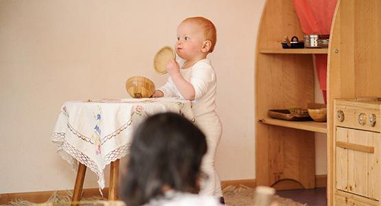 kind befriedigt sich mit kuscheltier